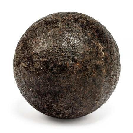 Genuine bala de cañón del siglo 18 aislado en un fondo blanco