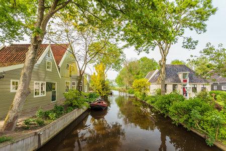 Zomer uitzicht op een gracht in de Nederlandse historische dorp Broek in Waterland