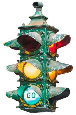 señal transito: Vintage iluminado semáforo americano aislado en blanco Foto de archivo