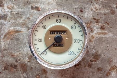 rusty car: Vintage car speedometer on a rusty steel background