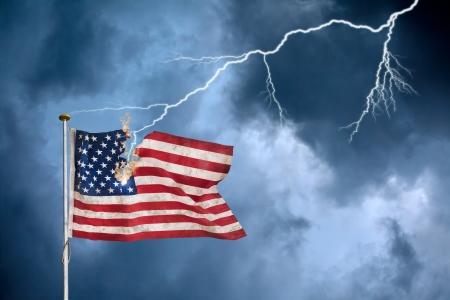 Konzept der Wirtschaftskrise mit der amerikanischen Flagge vom Blitz getroffen