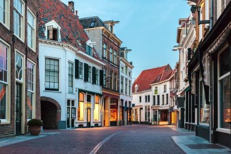 Evening in einer Einkaufsstraße der niederländischen antiken Stadt Zutphen Standard-Bild