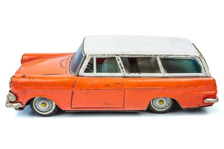 Klassische miniature orange und weiß Familie Kombi Auto auf einem weißen Hintergrund isoliert