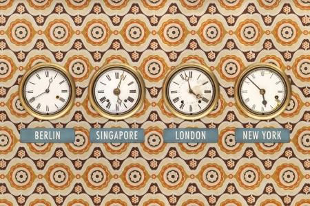 Retro Stil Bild der alten Uhren mit weltweit wiederholt gegen eine Retro-Tapete