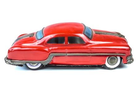 juguetes antiguos: Fifties juguete coche americano rojo de la vendimia aislado en un fondo blanco