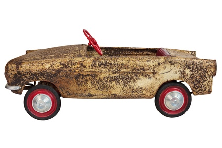 oxidado: Oxidado vendimia viejo juguete pedal del coche aislado en un fondo blanco