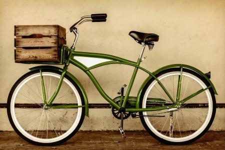 나무 상자 빈티지 비치 크루저 자전거의 복고 스타일 세피아 이미지 스톡 콘텐츠