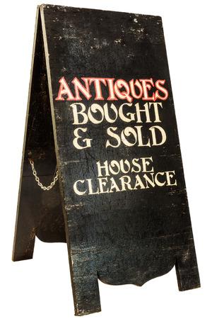 muebles antiguos: Antigüedades de época plegables y Liquidación letrero casa aislada en un fondo blanco