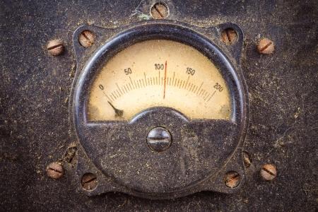 contador electrico: Metros ronda polvoriento Vintage industria en una caja de metal negro