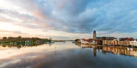 Panoramatický výhled na řeku holandský IJssel s historického centra Deventer odráží ve vodě Reklamní fotografie