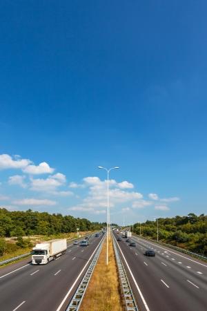 Route à quatre voies multiples aux Pays-Bas contre un ciel bleu avec quelques nuages
