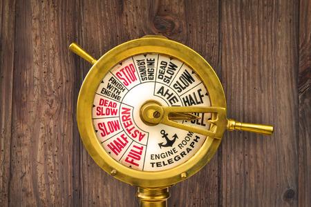 Jahrgang des neunzehnten Jahrhunderts Maschinentelegraphen vor einer alten Holzwand