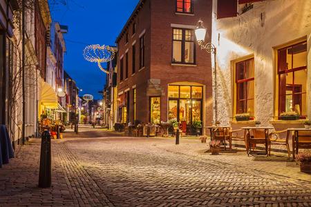 デーフェンターのオランダの歴史的な市内中心部の有名な Walstraat の夕景 写真素材