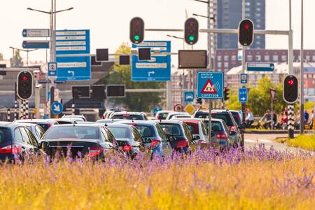 Busy provozu během dopravní špičky v Amsterdamu, Nizozemí