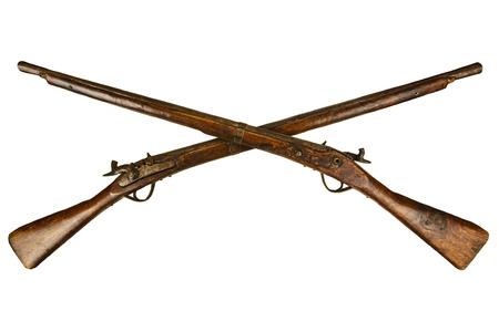 2 つは白い背景に分離されたヴィンテージの木製ライフルを交差