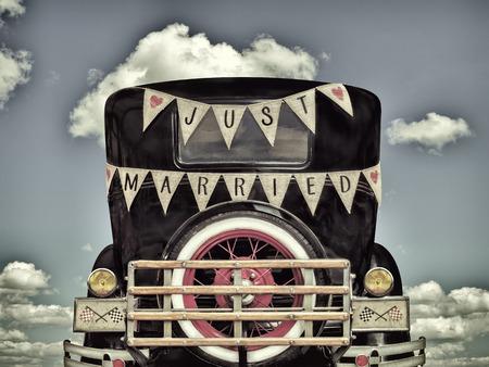 recien casados: Imagen de estilo retro de un coche de �poca con decoraci�n de reci�n casados