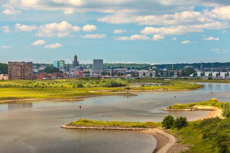 La ville néerlandaise de Gelderland Arnhem avec le Nederrijn en face Banque d'images