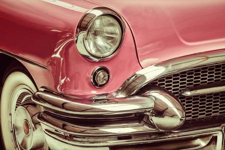 レトロなスタイルの古典的なピンクの車のフロントのイメージ