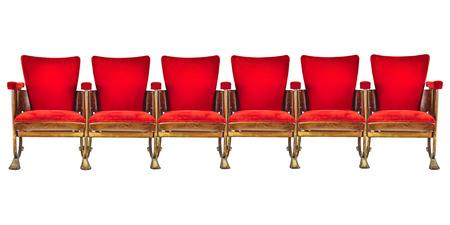 Fila de seis sillas rojas del cine de la vendimia aislado en un blanco