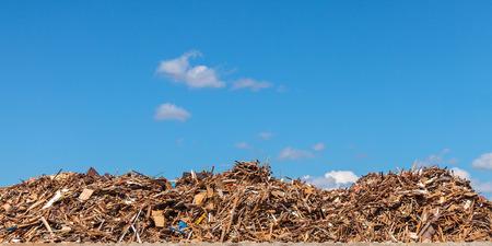 reciclar: Imagen panor�mica de una gran pila de madera en un dep�sito de basura