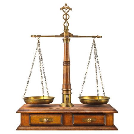 balanza en equilibrio: Equilibrio farmacia antigua con base de madera aislado en un fondo blanco Foto de archivo