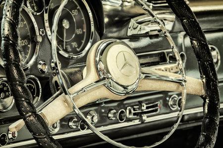 DREMPT, オランダ - 2014 年 11 月 19 日: レトロなイメージ、1960 年のダッシュ ボードの Drempt、オランダのメルセデス ・ ベンツ 190 SL パゴデ