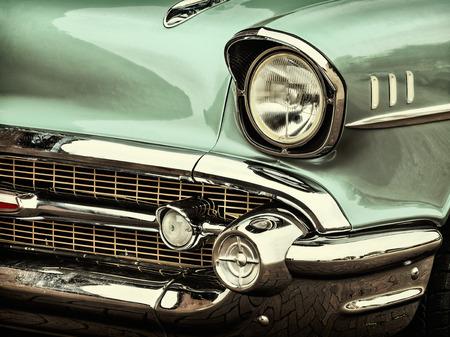 レトロなスタイルの古典的な緑の車の前面の画像