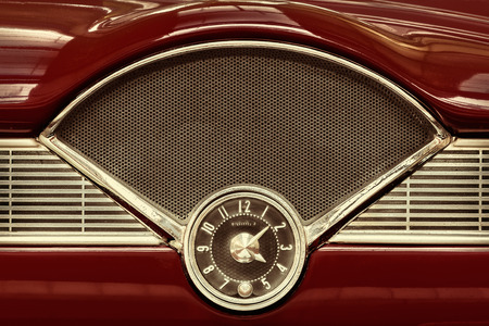 Clock on the dashboard of a maroon classic fifties car Stockfoto