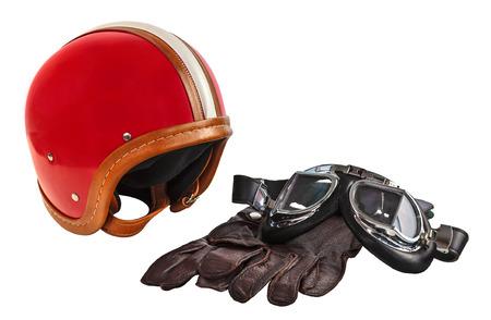 casco moto: Casco de motor de la vendimia con gafas y guantes aislados en un fondo blanco