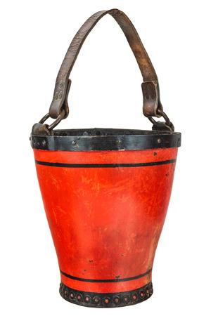 seau d eau: Vintage feu en cuir brigade seau isolé sur un fond blanc
