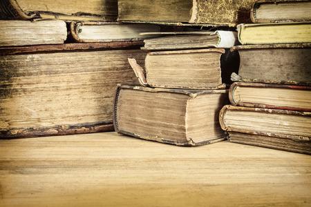 Image de livres anciens sépia sur une table en bois