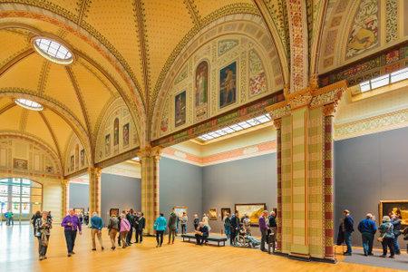 フェルメール、レンブラント、アムステルダム、オランダの他の中世の画家の有名な絵画のオランダのアムステルダム国立美術館のホールでアムス