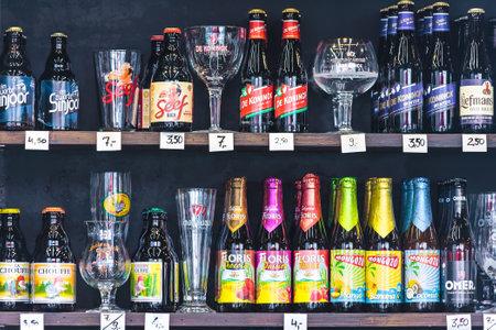 ANTWERPEN, BELGIË - 23 april 2015: Verschillende merken van Belgisch bier flessen en glazen in een slijterij in Antwerpen, België
