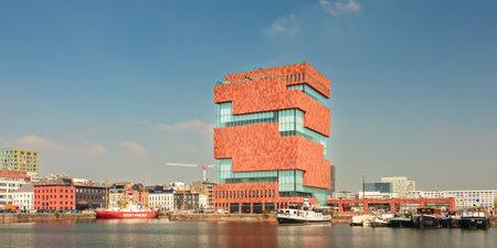 ANTWERPEN, BELGIË - 23 april 2015: Panoramisch beeld van Museum aan de Stroom (MAS), gelegen langs de Schelde in Antwerpen, België Redactioneel