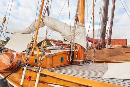 bateau voile: Vieux bateau à voile en bois dans le village de Workum dans la province néerlandaise de Frise