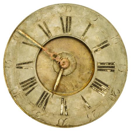 orologi antichi: Vintage arrugginito ed esposto orologio faccia isolato su uno sfondo bianco