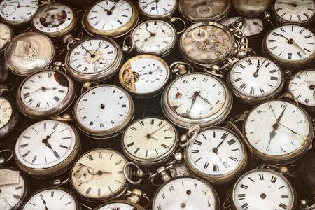 orologi antichi: immagine in stile retrò di vecchi orologi da tasca graffiati e malandato Archivio Fotografico