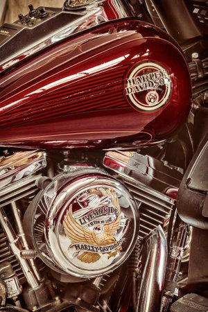 tanque de combustible: Drempt, LOS PAÍSES BAJOS - 11 de agosto 2015: estilo retro imagen del tanque de motor y el combustible de un clásico de la motocicleta Harley Davidson en Drempt, Países Bajos Editorial