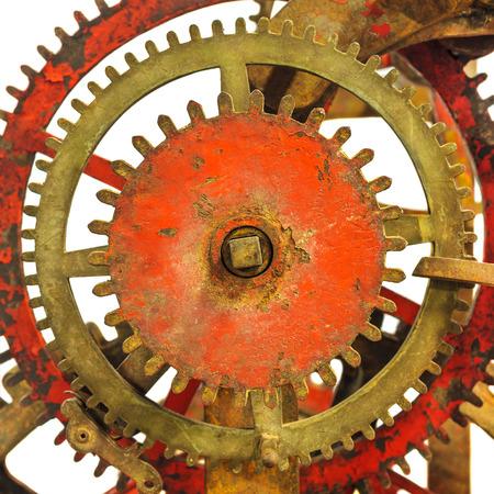 oxidado: Detalle de un mecanismo oxidado antiguo reloj de la iglesia aislado en un fondo blanco