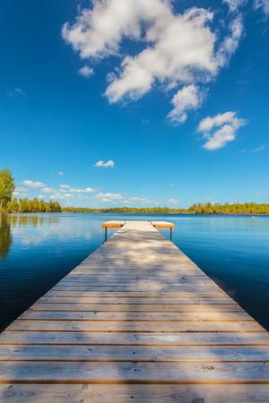 Opuszczony drewniany pomost w słoneczny dzień w prowincji Smalandii w Szwecji