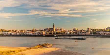 Panoramic view of the Dutch city of Nijmegen during sunset with the river Waal in front Standard-Bild