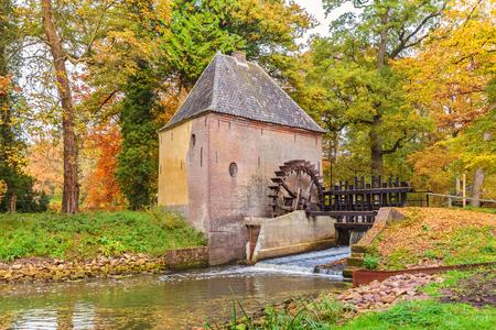 molino de agua: viejo molino de agua en la provincia holandesa de Gelderland durante el otoño
