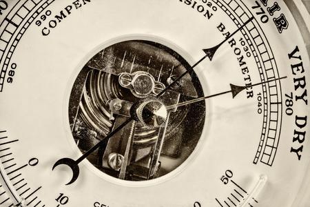 pluviometro: Estilo retro de cerca la imagen de un viejo barómetro Foto de archivo