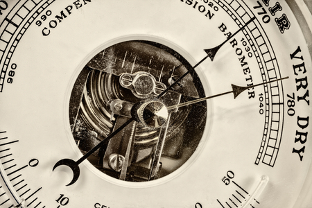 rain gauge: Estilo retro de cerca la imagen de un viejo bar�metro Foto de archivo