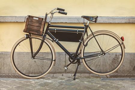 나무 상자 빈티지 검은 교통 자전거의 레트로 스타일 세피아 이미지