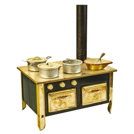 muneca vintage: Casa de mu�eca estufa vintage con sartenes aislados sobre un fondo blanco