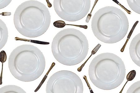 ustensiles de cuisine: Motif des assiettes vintage, couteaux, fourchettes et cuillères isolés sur un fond blanc