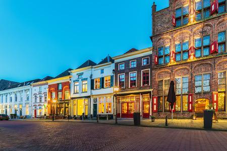 Oude rij van huizen met restaurants in de historische Nederlandse stad Doesburg tijdens zonsondergang