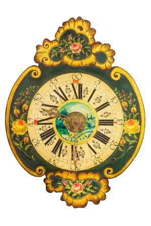 Ornamental achtzehnten Jahrhundert hölzerne Uhr mit Blumenmuster auf einem weißen Hintergrund