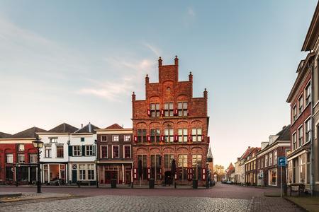 日没時に、オランダの歴史的な都市ドースブルフのレストランが付いている家の古代の行